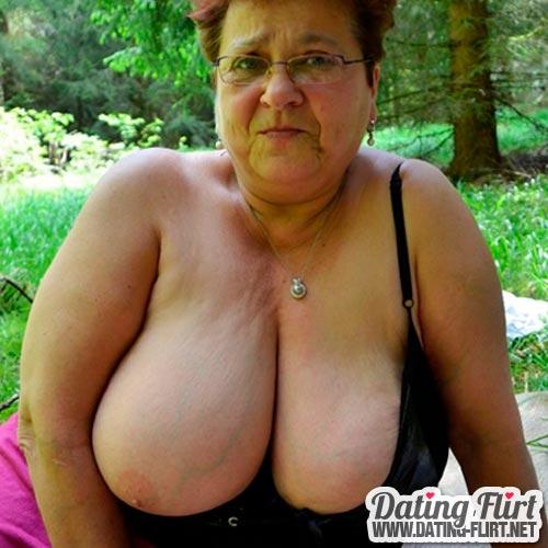 Alte Frau mit fetten Titten